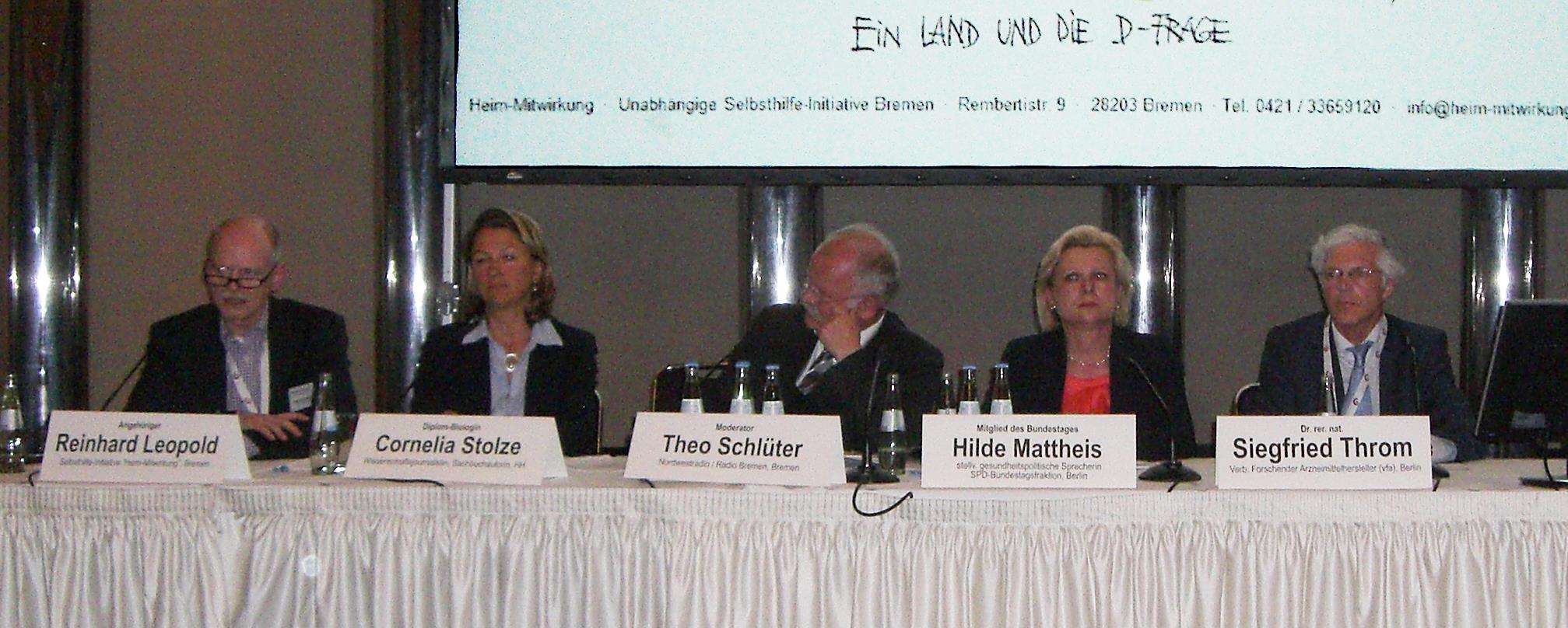 Gäste bei der Podiumsdiskussion (v.l.) Reinhard Leopold, Cornelia Stolze, Theo Schlüter (Moderator), Hilde Mattheis, Siegfried Throm