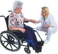 Rollifahrerin mit Pflegerin