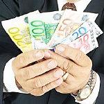 Mann mit viel Geld in den Händen
