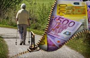 pflegebedürftiger Mensch und Geld